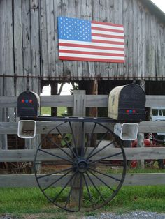 Country & More. Country Barn, Wagon Wheel, Mail Boxes and United States Flag Country Charm, Country Life, Country Girls, Country Living, Country Style, Country Roads, Mailbox Stand, Diy Mailbox, Mailbox Ideas