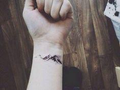 Ideias de Tatuagem Masculina Pequena | Montanha no Pulso
