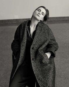 Cappotto in tweed e pigiama in seta Dolce&Gabbana.