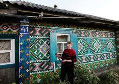Casa decorada con tapas plásticas de botellas