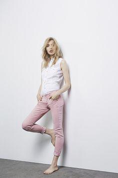 rosa Jeans mit weißer Bluse