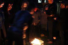 Maskers verbranden tijdens de Samhainviering 2013.