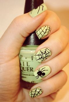 Halloween nail art: Halloween Spiders And Webs Tutorial. A fun thing to do for a Halloween party Fancy Nails, Love Nails, Diy Nails, How To Do Nails, Pretty Nails, Halloween Nail Designs, Halloween Nail Art, Halloween Spider, Halloween Party