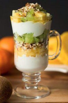 Обезжиренный греческий йогурт — 1 ст.  Мед — 2 ст. л. Ванильный экстракт — 2 ч. л.  Нарезанные киви — 1,5 ст. Кусочки ананаса — 1,5 ст. Лепестки миндаля — 5 ст. л.