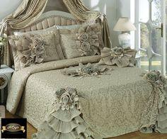 linda colcha com babados nos cantos, Bed Cover Design, Designer Bed Sheets, Home Design, Interior Design, How To Dress A Bed, Bed Spreads, Comforter Sets, Luxury Bedding, Bedroom Decor