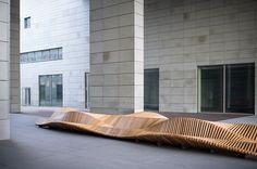 architecte et designer Piotr Żuraw présente UILIUILI, un banc en bois