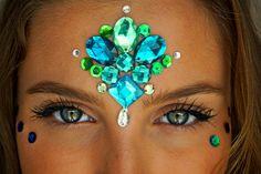 Make com pedras e glitter para o carnaval Make Carnaval, Glitter Backdrop, Diamond Earrings, Drop Earrings, Kate Spade Wallet, Glitter Eyeshadow, How To Make Hair, Make Art, Hair Makeup