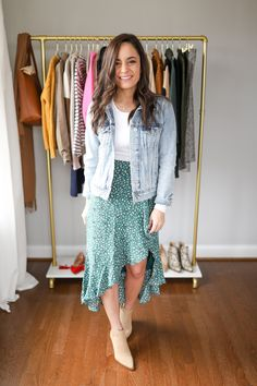 Four petite friendly midi skirt outfits. How to style a midi skirt when you're petite. Petite style tips. Casual Dress Outfits, Summer Dress Outfits, Skirt Outfits, Spring Outfits, Cute Outfits, Fashion Outfits, Womens Fashion, Midi Skirt Outfit, Dress Skirt