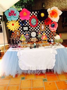 I love this table skirt Alice in Wonderland Birthday Party Ideas Mad Hatter Party, Mad Hatter Tea, Mad Hatters, Alice In Wonderland Birthday, Alice In Wonderland Party Ideas, Alice In Wonderland Flowers, Winter Wonderland, Alice Tea Party, Festa Party