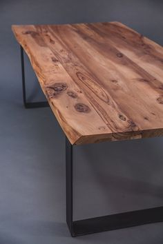 You can see here a beautiful table in European Elm: besides being a . Rustic Table, Wooden Tables, Diner Table, Home Interior, Interior Design, Table Design, Wood And Metal, Dining Room Table, Wood Furniture