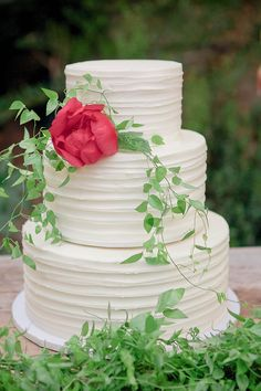 White textured wedding cake with red flower accent | Cuisine: 5 Cakes To Make You Cry Tiers of Joy via @exquisitewedmag