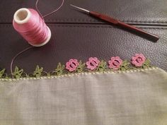 """diy_crafts- Tığ oyası tülbent """"This post was discovered by Bir"""", """"This post was discovered by atiye. Discover (and save!) your own Posts on Un Crochet Edging Patterns, Crochet Borders, Crochet Designs, Crochet Crafts, Crochet Lace, Saree Kuchu Designs, Hand Embroidery Stitches, Tatting, Needlework"""