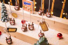 Sziasztok kis rénszarvas barátaink! Vanessával a Van Hagen Cakes-től egy elbűvölően aranyos rénszarvas alakú sütinyalókát készítettünk számotokra. Ezzel az édességgel másoknak is... Cakepops, Manners, Muffins, Table Decorations, The Originals, Holiday Decor, Friends, Reindeer, Amigos