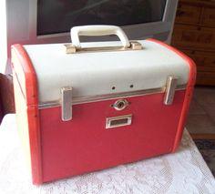 * Samsonite Ultralite, Medaillon line : Train Case Vintage Suitcases, Vintage Luggage, Orange Style, Orange Color, Vintage Style, Retro Vintage, Vintage Fashion, Vintage Train Case, Wood Frame Construction