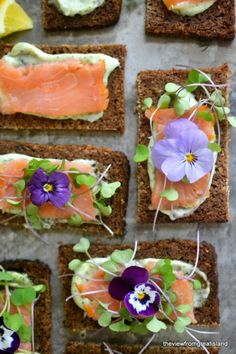 Faced Smoked Salmon Sandwiches Just how pretty do these Nordic Open-Faced Smoked Salmon Sandwiches look?Just how pretty do these Nordic Open-Faced Smoked Salmon Sandwiches look? Tapas, Tea Sandwiches, Cucumber Sandwiches, Delicious Sandwiches, Smoked Salmon Sandwich, Fingers Food, Scandinavian Food, Flower Food, Edible Flowers