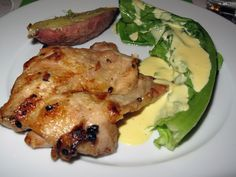 Bockshornklee mariniertes Huhn mit in Salz gebackener weißer Süßkartoffel, Romanasalat und Mate-Hollandaise