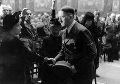 7 maja 1943 r. Adolf Hitler składa kondolencje rodzinie Viktora Lutze (zm. 2.05.) na jego pogrzebie państwowym