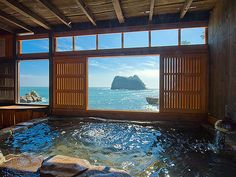 Ryokan Umibe no Kakure yu Seiryu Japanese Home Design, Japanese Interior, Traditional Japanese House, Japanese Modern, Japanese Bathroom, Japanese Bath House, Japanese Hot Springs, Dream Bath, Outdoor Baths