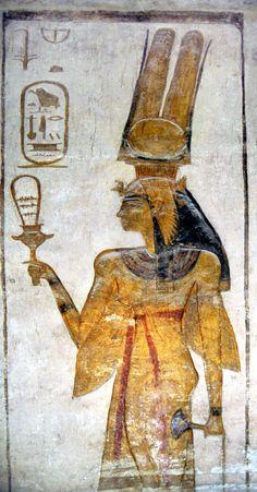 Néfertari représentée avec un sistre dans la main droite & une fleur de lotus dans la gauche. Le sistre est un petit bâton égyptien fabriqué à l'aide de papyrus au bout duquel est accroché une boule de feu. C'est un instrument sacré de l'Égypte ancienne, symbole de victoire, de pouvoir, et de chance - Temple de Ramsès II Abou Simbel, Égypte.