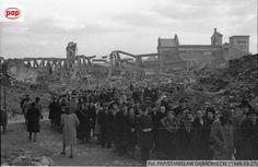 """PAP Arch Foto na Twitterze: """"Uroczystości Wielkiej Soboty - nawiedzanie Grobu Pańskiego, w tle kościół św. Anny. Warszawa, 1948 r. https://t.co/xaapfKx495"""""""