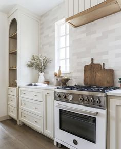 All White Kitchen, New Kitchen, Kitchen Dining, Kitchen Decor, Modern Farmhouse Kitchens, Home Kitchens, Home Luxury, Home And Deco, Beautiful Kitchens