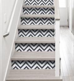 Stickers pour escalier motif chevron noir & blanc    http://www.homelisty.com/stickers-escalier-contremarches/