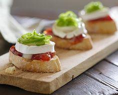 Tosta de mermelada de tomate, queso de cabra y pimiento confitado