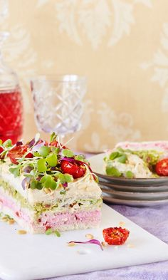 Vegaaninen voileipäkakku | Maku Cake Sandwich, Sandwiches, Vegan Party Food, Vegan Food, Swedish Recipes, Catering Food, Delicious Vegan Recipes, Savoury Cake, Vegan Baking