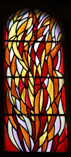Chapelle de la Madeleine à Penmarc'h : les vitraux de Jean Bazaine. Le premier vitrail prés de la porte d'entrée (baie 5) :   Il évoque un portrait de Marie-Madeleine à travers sa chevelure transformée en une flamme montant vers le ciel.
