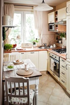 Small kitchen ideas - 25 pictures and furnishing tips for small rooms - small kitchen set up country style cream color small dining area - Shabby Chic Desk, Shabby Chic Kitchen, Home Decor Kitchen, Interior Design Kitchen, Country Kitchen, New Kitchen, Kitchen Ideas, Kitchen Small, Kitchen Designs