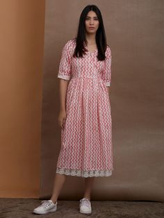 Thailand Kaufen Sie Pink White Hand Block Printed Cotton Dress online bei Theloom Why Italian Shoes Frock For Women, Summer Dresses For Women, Cotton Summer Dresses, Kurta Designs Women, Blouse Designs, Dress Designs, Cotton Dresses Online, Dress Online, Frock Fashion