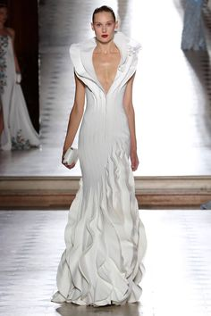 Tony Ward presented his new couture collection fall-winter at L'Oratoire du Louvre in Paris. Tony Ward transported us on a poetic and delicate journey. Tony Ward, Couture Mode, Style Couture, Couture Fashion, Bridal Dresses, Wedding Gowns, Collection Couture, Glamour, Looks Style