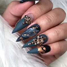 Check out these 23 Nails That Are Beyond Fresh AF! All of these nails will have your face smiling and your jaw dropping. I mean, these are perfection wrapped on a finger. Sexy Nails, Glam Nails, Trendy Nails, Beauty Nails, Cute Nails, Black Gold Nails, Dark Green Nails, Matte Gold, Birthday Nail Art