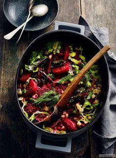 Knackiger Römersalat, Rote Bete und Dill und lassen den Eintopf leuchten und begeistern mit rundem frischem Aroma.