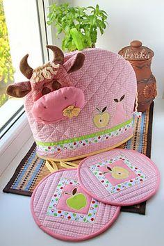 набор розовый прихватки и грелка на чайник корова