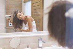Jede Frau kennt doch diesen Effekt, nach einem Friseurbesuch: Die Haare sind voluminös, liegen perfekt und fühlen sich wunderbar geschmeidig an. Und das bekommt jeder zu Hause ganz einfach auch hin. Für tolles Volumen ist es wichtig, die Haare nicht einfach von oben herab zu föhnen und dann glatt zu kämmen. Sonst liegen die Haare später platt am Kopf. Am Besten eine Rundbürste verwenden und diese im 45-Grad-Winkel ans Haar halten.Tipp: Achtet immer darauf, dass ihr die Haare...