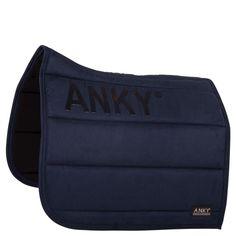 Utsiden av ANKY® Saddle Pad er laget av semsket skinn med sliksikker silikon logo på begge sider for å unngå at salen beveger seg....