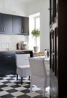 Black/White kitchen. Nils chair covers, medium skirt, Loose Fit Urban, in Absolute White Rosendal. Nils chair covers, medium skirt, Sandhamn Stripe Black/White. www.bemz.com