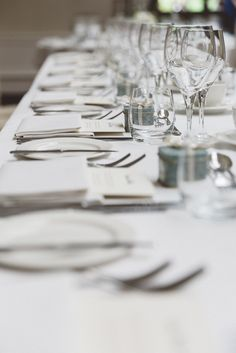 White pearly ribbon perfectly coordinated with the white and minimalist theme. Our sage green Lavolio tin gives a touch of colour to the decoration. A perfect combination to create a wonderful table setting.