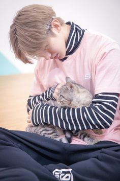 Cai Xukun with a cat is my new religion Daegu, Kpop, Cho Chang, Justin Huang, Rapper, Percents, Chinese Boy, My Soulmate, Ulzzang Boy