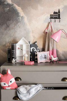 Creëer een prachtige kinderkamer met prints, knuffels en leuk beddengoed.