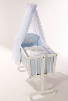 Dieses bezaubernde Wiegenset ist ein echter Blickfang für jedes Babyzimmer! Das Wiegenset besteht aus einem Himmel, Bettwäsche (80/80 + 35/40) und einem Nestchen.