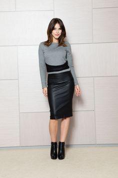 Bluza scurta cu maneca lunga gri: potrivita pentru o tinuta office, cu fusta sau pantalon, se poate purta atat cu sacou, cat si fara. Este o bluza mulata, cu decolteu barcuta, accesorizata in talie cu o banda de tul negru cutata, pentru a evidentia talia.