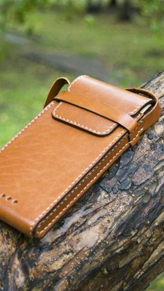 Leather Key Case, Iphone Leather Case, Leather Hats, Leather Craft, Leather Wallet Pattern, Leather Bags Handmade, Leather Projects, Leather Accessories, Leather Working