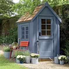 little_greene_nouvelle_finition_peinture_cabane_bleu_chaise_rouge_jardin: