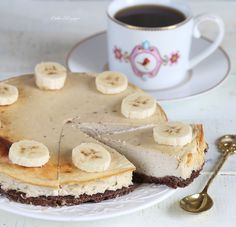 Очень вкусный, необычный, питательный и полезный диетический банановый чизкейк.  Ингредиенты: Для основы: Овсянка: 60 г. Какао: 10 г. Яйцо: 2 белка Стевия: по вкус