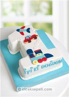 Minik prensinizin 1. yaş günü için muhteşem bir tasarım pasta sizi bekliyor. 1 rakamı şeklindeki çikolatalı pasta üzerine beyaz şeker hamuru kaplanır, renkli şeker hamurları kullanılarak tren, araba ve uçak figürleri ile süslenir. 1 yaşa özel hazırlanan bu tatlı mı tatlı tasarım pasta ile minik prensinizin 1. yaş gününü en renkli şekilde kutlayın. Porsiyon: 15-20 Kişilik