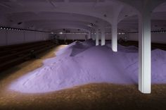 Milano Fashion Week. Miuccia Prada postmoderna, tra le dune lilla di Rem Koolhaas