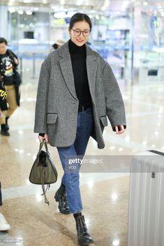 Model Liu Wen is seen at Beijing Capital International Airport on. Normcore Outfits, Mode Outfits, Casual Outfits, Fashion Outfits, Hipster Outfits, Look Fashion, Winter Fashion, Outfit Invierno, Minimalist Fashion Women