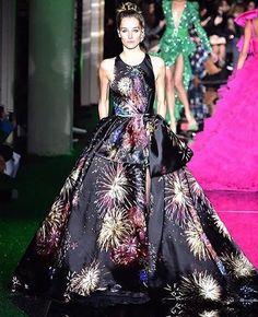 O vestido com estampa de fogos de artifício chamou atenção no desfile de Zuhair Murad (@zuhairmuradofficial) que aconteceu nesta quarta-feira (25) na Semana de Alta-Costura de Paris. O estilista apresentou ainda vestidos ultracoloridos com fenda ombros pontiagudos babado tule e muito bordado. #zuhairmurad #altacostura #hautecouture #paris #regram  via MARIE CLAIRE BRASIL MAGAZINE OFFICIAL INSTAGRAM - Celebrity  Fashion  Haute Couture  Advertising  Culture  Beauty  Editorial Photography…